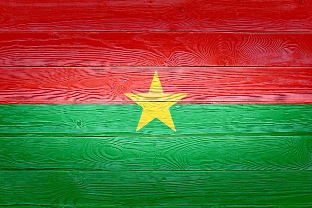 Burkina faso flagge gemalt auf altem holzplankenhintergrund