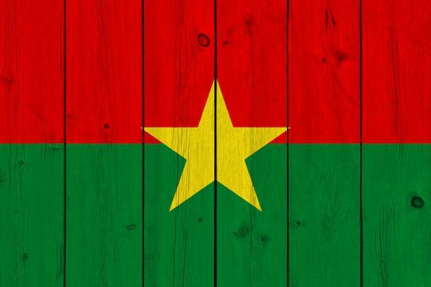 Burkina faso flagge gemalt auf alter hölzerner planke