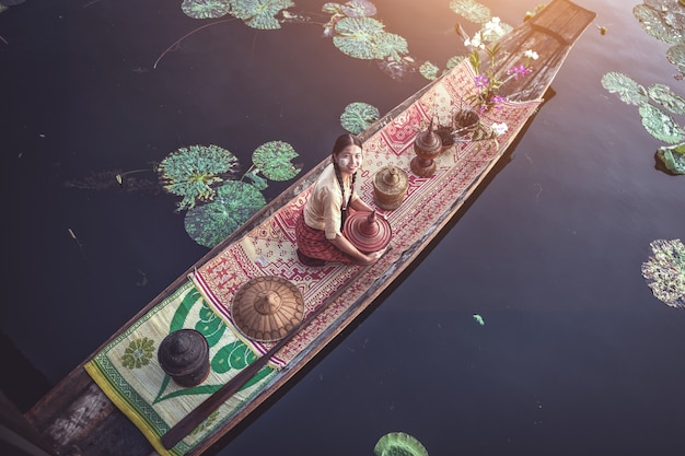 Burmesische intha-frau in einem ruderboot am morgen