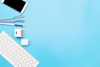 Bürotisch mit Computer-Tastatur, Smartphone und Stift