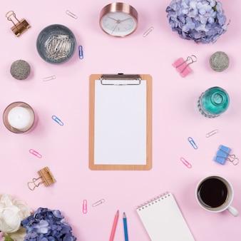Bürotisch Schreibtisch. Spott stationär auf rosa Hintergrund. Flach legen. Draufsicht.