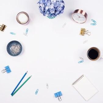 Bürotisch Schreibtisch. stationär auf weißem Hintergrund. Flach legen. Draufsicht.