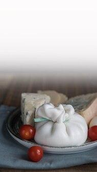 Burrata-käse mit tomaten auf einem holzserver mit kopierraum