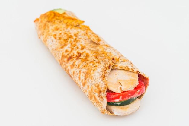 Burrito huhn mit tomate und gurke