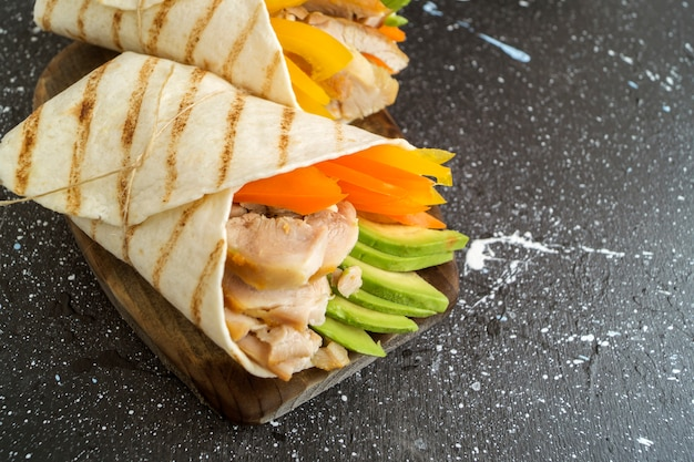 Burrito mit gegrilltem hähnchen und gemüse (fajitas, fladenbrot, shawarma)