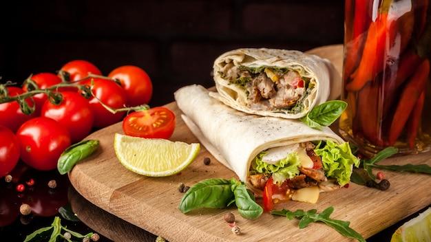 Burrito mit hühnchen.