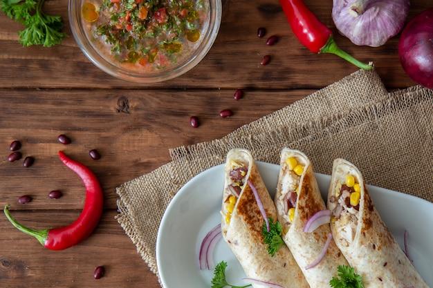 Burrito mit huhn, roten bohnen und mais