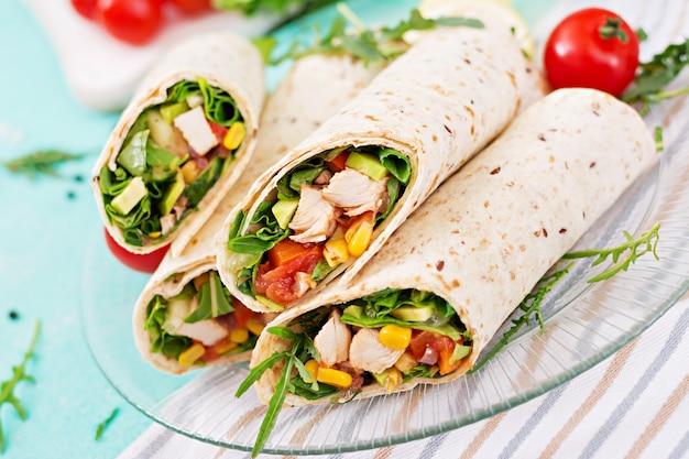 Burritos wraps mit hähnchen und gemüse. hühnerburrito, mexikanisches lebensmittel.