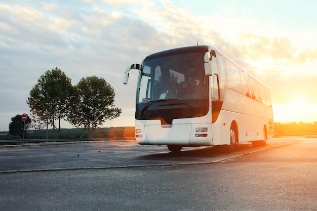 Bus auf der straße geparkt