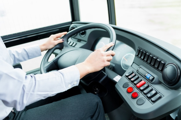 Busfahrer im cockpit am lenkrad