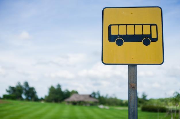 Bushaltestelle schild mit blauem himmel