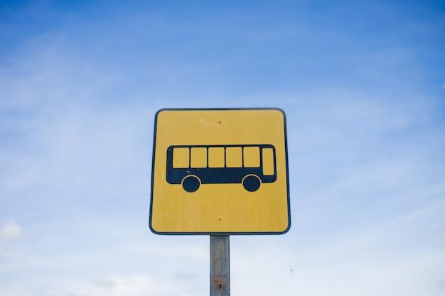 Bushaltestelle zeichen mit blauem himmel hintergrund