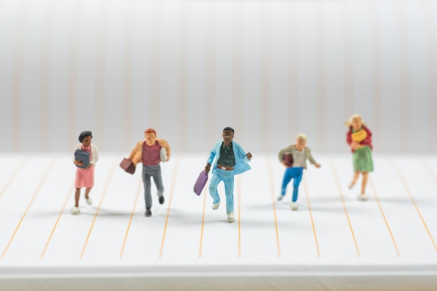 Businee miniatur menschen laufen auf notebook-linie