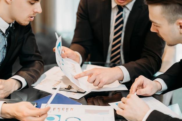 Busines teambesprechung. männer diskutieren arbeit im büro