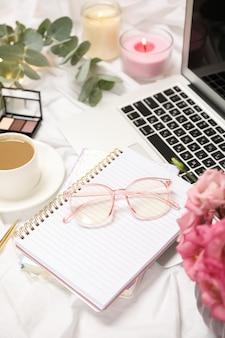 Business-accessoires auf weißem stoff. blogger-konzept