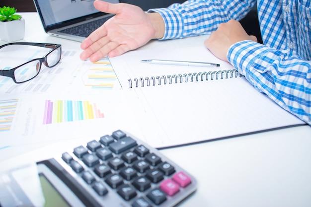 Business analysten analysieren finanzdiagramme. im konzept der statistischen daten.