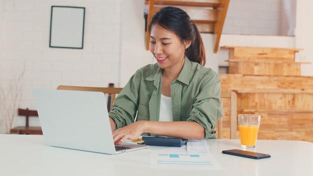 Business asian women aufzeichnungen von einnahmen und ausgaben zu hause