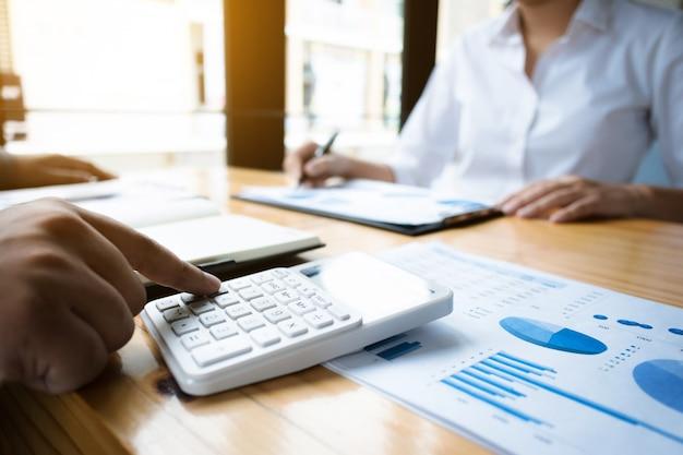 Business-audits mit einem taschenrechner finanzdaten investmentfonds an einem arbeitsplatz, reichtum konzept