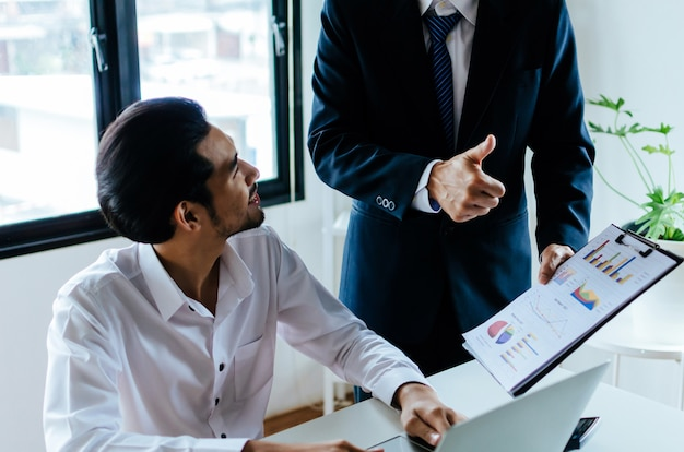Business boss teamleiter ermutigen und zeigen daumen hoch positiv erfolgreich zum ausdruck zu bringen