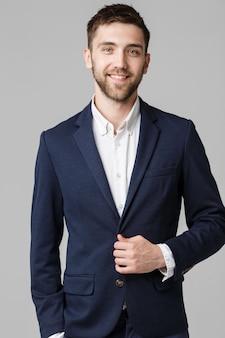Business concept - junge erfolgreiche geschäftsmann posiert über dunklen hintergrund. isoliert weißer hintergrund. platz kopieren