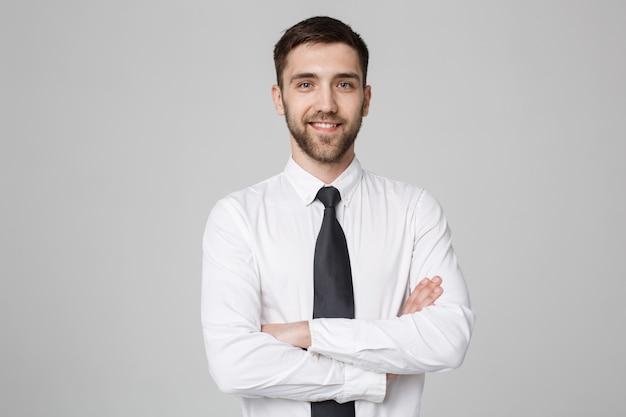 Business concept - junge erfolgreiche geschäftsmann posiert über dunklen hintergrund. platz kopieren