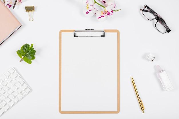 Business desk anordnung mit leerer zwischenablage