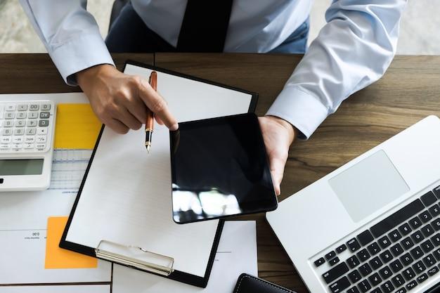Business executive auditor mit tablet für daten-bericht investitionen