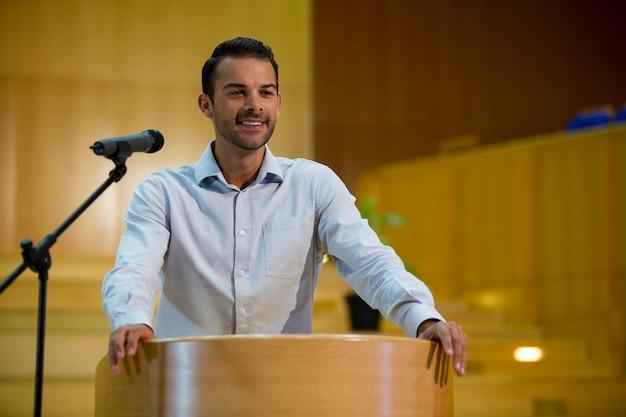 Business executive hält eine rede im konferenzzentrum