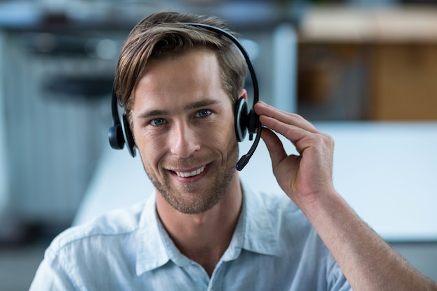 Business executive mit headsets im büro