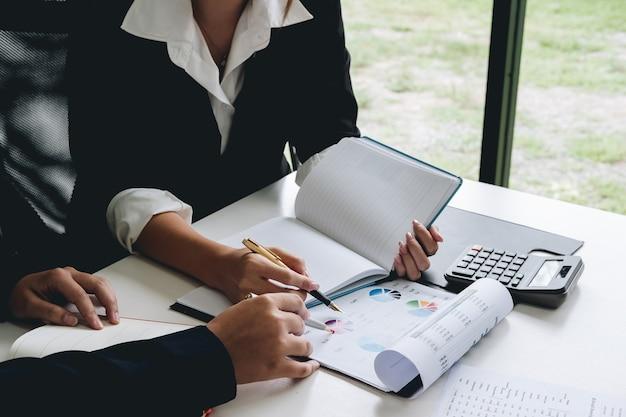 Business-frau erklären sie analysieren den verkaufsplan des unternehmens und unternehmer