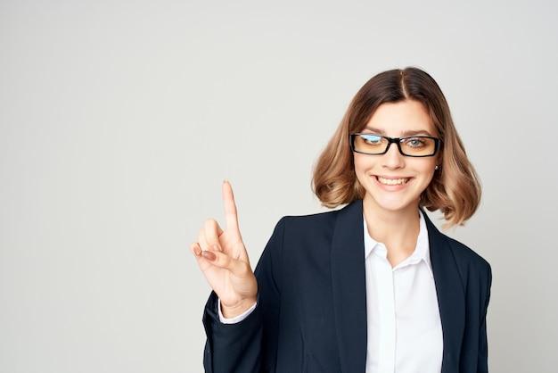 Business-frau im schwarzen anzug posiert mode-arbeitsprofi