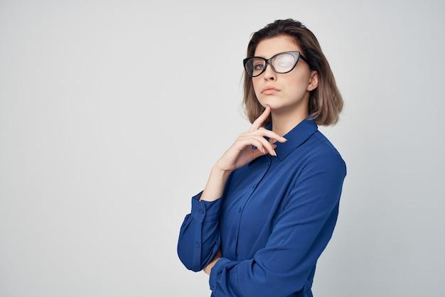 Business-frau mit brille blaues hemd mode eleganten stil