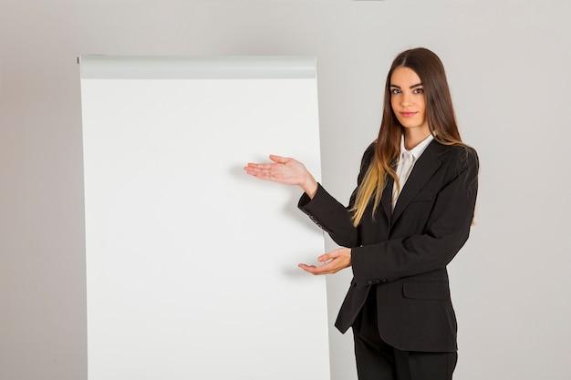 Business-frau zeigt etwas auf dem whiteboar