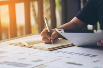 Business-Frauen-Unterschrift am Dokument