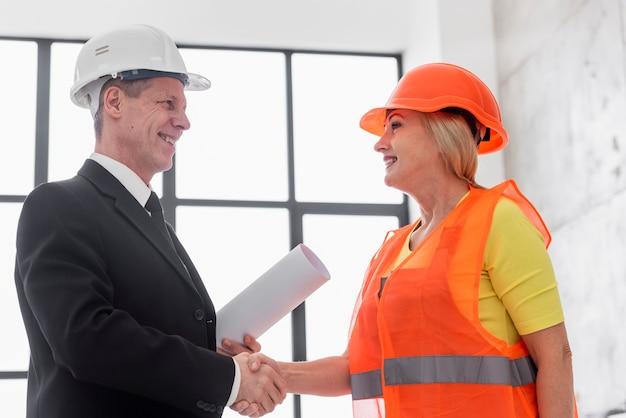 Business-handshake mit geringem winkel