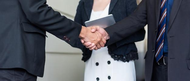 Business handshake und teamwork für erfolg und ziel