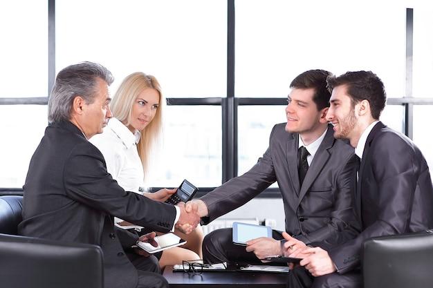 Business handshake von handelspartnern