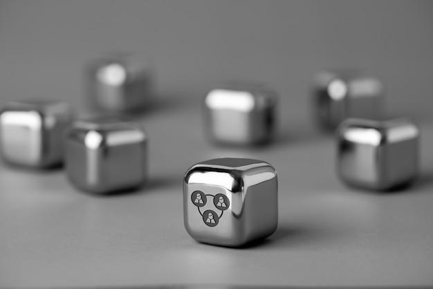 Business & hr-symbol auf metallwürfel für futuristischen stil