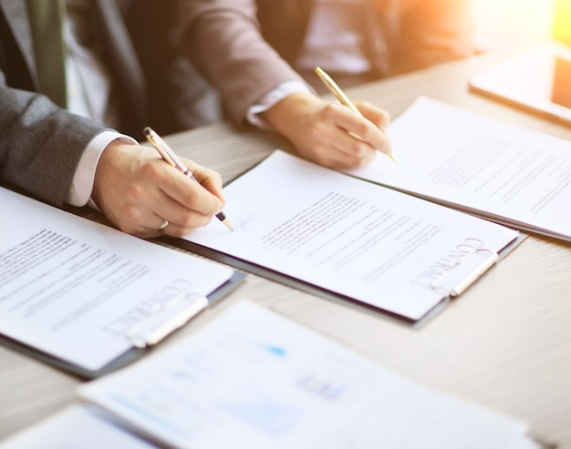 Business-jugendliche im vorstellungsgespräch unterzeichneten einen arbeitsvertrag mit dem chef im amt