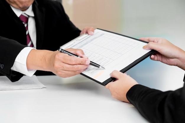 Business-konzept - führungskräfte am schreibtisch diskussion umsatz leistung in einem büro