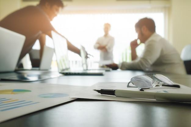 Business-konzept mit kopie raum. büro schreibtisch tisch mit stift fokus und analyse-diagramm, computer, notebook, tasse kaffee auf schreibtisch.vintage ton retro-filter, selektiven fokus.