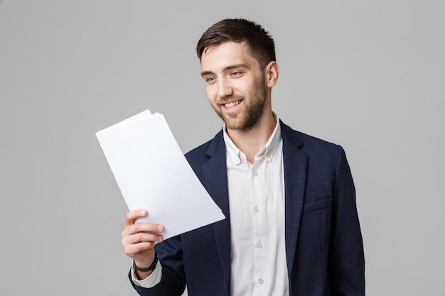 Business-konzept - porträt handsome business-mann glücklich arbeiten mit jahresbericht. weißer hintergrund. text kopieren