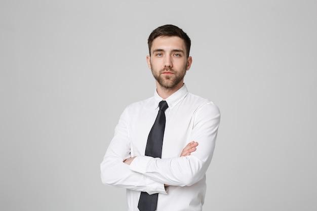 Business-konzept - porträt handsome business mann überqueren arme mit zuversichtlich gesicht. weißer hintergrund. text kopieren