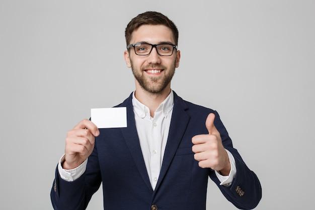 Business-konzept - porträt handsome business-mann zeigt namen-karte mit lächelnd zuversichtlich gesicht und thump up. weißer hintergrund.copy space.
