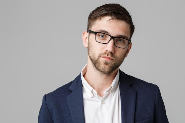 Business-konzept - porträt junge erfolgreiche geschäftsmann posiert über dunklen hintergrund. platz kopieren