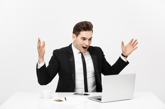 Business-konzept-porträt überrascht geschäftsmann im schwarzen anzug blick in die kamera-vorderansicht isoliert ...