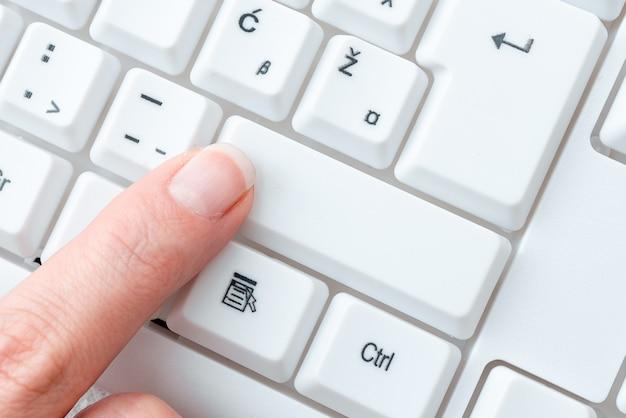 Business lady pointer drücken der tastaturtasten, handberühren der konsolentasten, gentle man finger show hier klicken, messeging update starten.