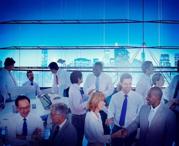 Business-leute-büro-arbeitsplatz-interaktions-gesprächs-teamwork-konzept