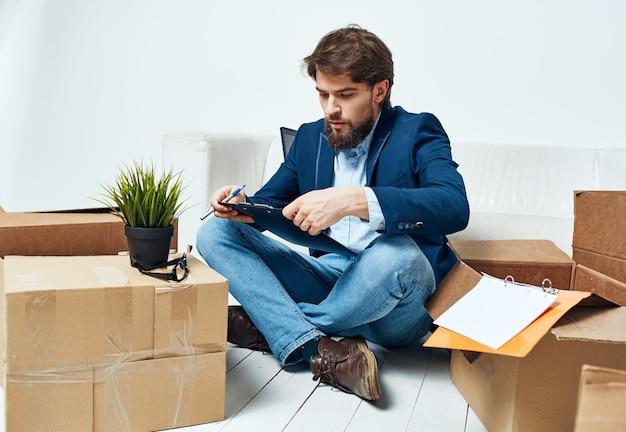 Business-man-box mit dingen, die zu neuen büroarbeitsprofis bewegen. hochwertiges foto