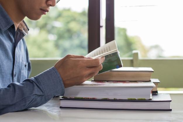 Business man sitzt an einem tisch ein buch zu lesen